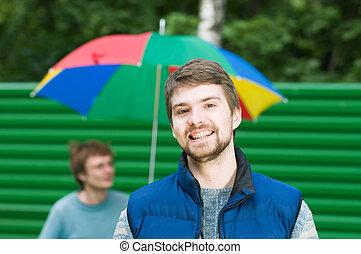 férfiak, young külső, fényképezőgép, portré, mosolyog vidám