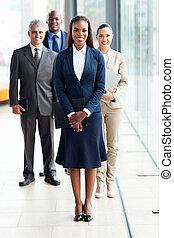 fêmea africana, negócio, líder, com, equipe