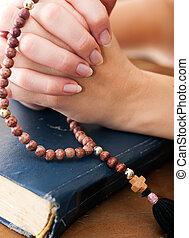 fêmea passa, orando