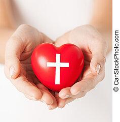 fêmea passa, segurando, coração, com, crucifixos, símbolo