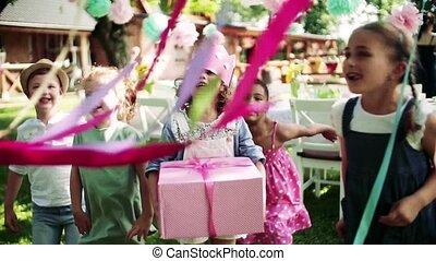 fête, célébration, dehors, jardin, petit, été, fille ...