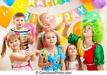 fête, célébrer, groupe, anniversaire, gai, clown, gosses