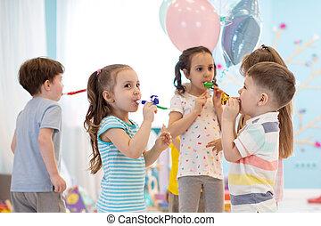 fête, célébrer, noisemakers, enfants, anniversaire