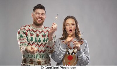 fête, couple, heureux, sparklers, noël