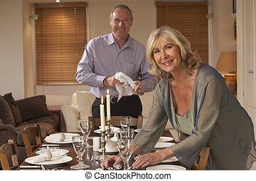 fête, couple, table, dîner, préparer