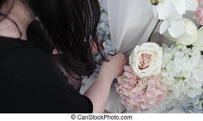 fête, décorer, femme, fleurs, jeune