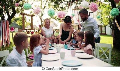 fête, dehors, table, jardin, summer., petit, séance, enfants