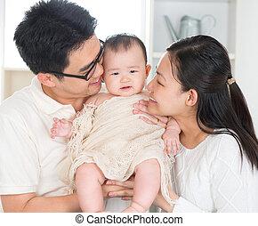 föräldrar, baby, kyssande