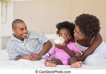 föräldrar, flicka, deras, baby blomsterbädd, lycklig