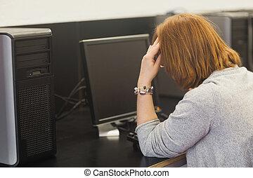 förargat, kvinnlig, moget studerande, arbeta dator