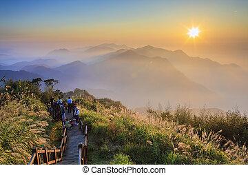 förbluffande, soluppgång, och, skys sjögång, med, mountains, och, träd