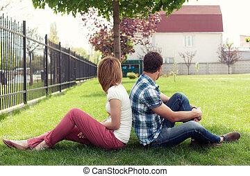 förhållande, sittande, par, ung, bänk, utomhus, uttråkad