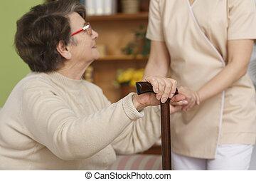 försökande, kvinna, uppe, äldre, stå