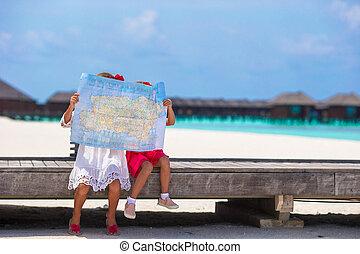 förtjusande, lilla flickor, med, karta, av, ö, på, strand