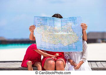 förtjusande, lilla flickor, och, mamma, med, karta, av, ö, på, strand