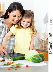 förtjusande, liten flicka, bitande grönsaker, med, henne, mor