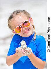 förtjusande, liten flicka, leka, med, sand, in, henne, räcker, under, tropical semester