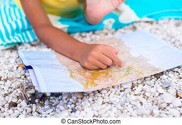 förtjusande, liten flicka, med, karta, av, ö, på, tropical strand