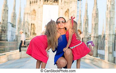förtjusande, liten flicka, med, mor, på, den, taktopp, av, duomo, milan, italien