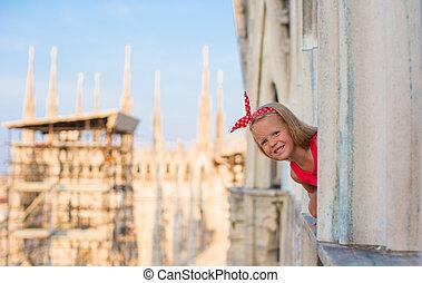 förtjusande, liten flicka, på, den, taktopp, av, duomo, milan, italien