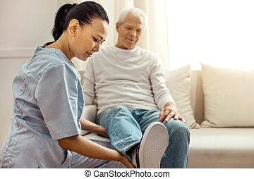 förtjust, behaglig, sköta, tittande vid, henne, patienten, ben