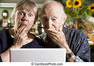 förvirrat, äldre koppla, med, a, laptopdator