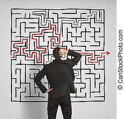 förvirrat, affärsman, seeks, a, lösning, till, den, labyrint