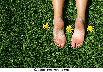 fötter, gräs