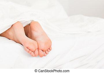 fötter, säng, två
