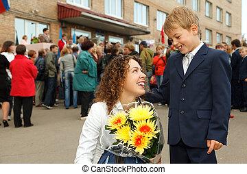 første sortering, en, dreng, og, hans, mor, en, blomster bouquet, stod, hos, den, indgang, til, den, school.
