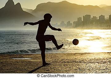 fútbol de playa, en, verano, ocaso