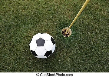 fútbol, grande, pelota, en, golf, campo, agujero