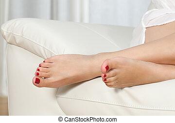 füße, frau, couch, rotes , pediküre