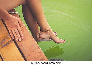 Füße, frau, sitzen, hölzern, klar, Wasser,  dock, Abkühlen