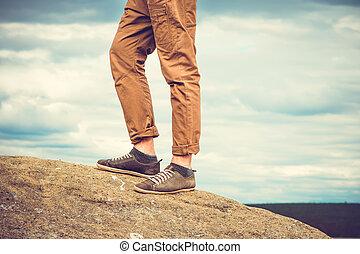 füße, mann stehen, auf, felsiger berg, draußen, reise, lebensstil, urlaube, begriff, mit, himmelsgewölbe, wolkenhimmel, hintergrund, retro, farben