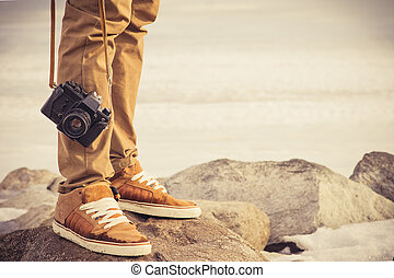 füße, mann, und, weinlese, retro, fotokamera, draußen,...