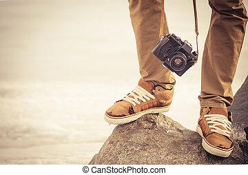 füße, mann, und, weinlese, retro, fotokamera, draußen, reise, lebensstil, urlaube, begriff