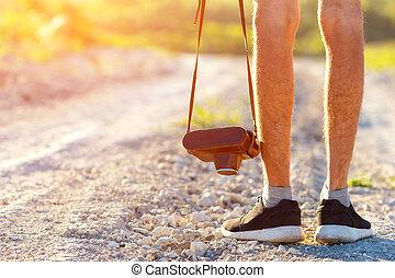 füße, mann, und, weinlese, retro, fotokamera, draußen, reise, lebensstil, urlaube, begriff, und, tourismus
