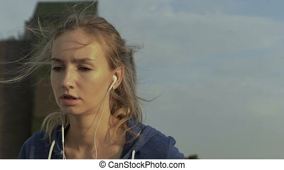 fülhallgató, neki, fiatal, időz, futás, nő, zene, sea., kihallgatás, súlyos