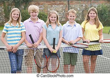 fünf, junger, friends, mit, schläger, auf, tennisplatz,...