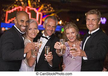 fünf leute, in, kasino, mit, champagner, lächeln,...