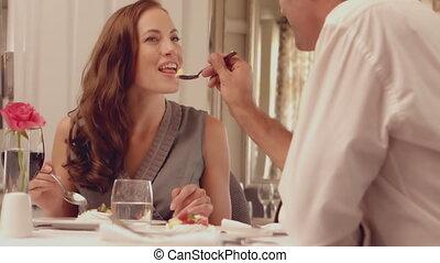 fütterung, seine, brünett, mann, ehefrau