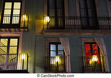 façade bâtiment, lanternes, balcons, nuit