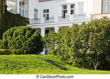 Fa ade maison balcon photo de stock rechercher images for Balcon facade maison