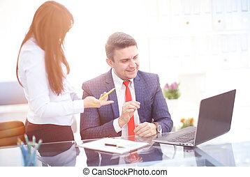 fa munka, loft., fénykép, modern, startup, fiatal, legénység, terv, faji, jegyzetfüzet, tervezés, businessmans, befog, job., új, asztal.