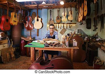 fabbricante, artigiano, felice, ritratto, macchina fotografica, liuto, chitarra, negozio, sorridente