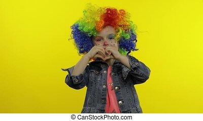 fabrication visages, chant, arc-en-ciel, peu, clown, fille souriant, danser., perruque, halloween, idiot, enfant