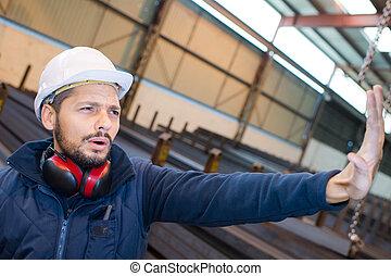 fabrikarbeiter, machen, gebärde, aufzuhalten, mit, handfläche, von, hand
