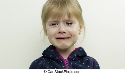 face., pleurer, bas, peu, fond, elle, enfant, girl, blanc, larmes, portrait