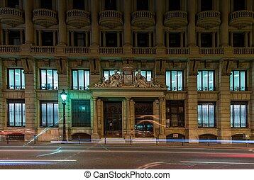 fachada de edificio, con, coche velado, conducción, delante de, él